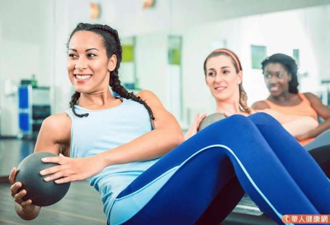 每天健身1分鐘,快速甩開肥胖、便祕!傳授瑜伽捲腹秘招鍛鍊核心肌群