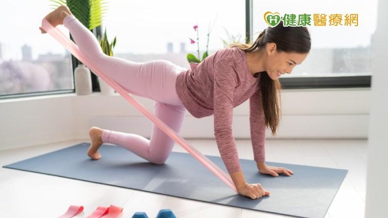 疫情關在家怎麼運動?  跳繩、椅子操、門拉桿強肌力